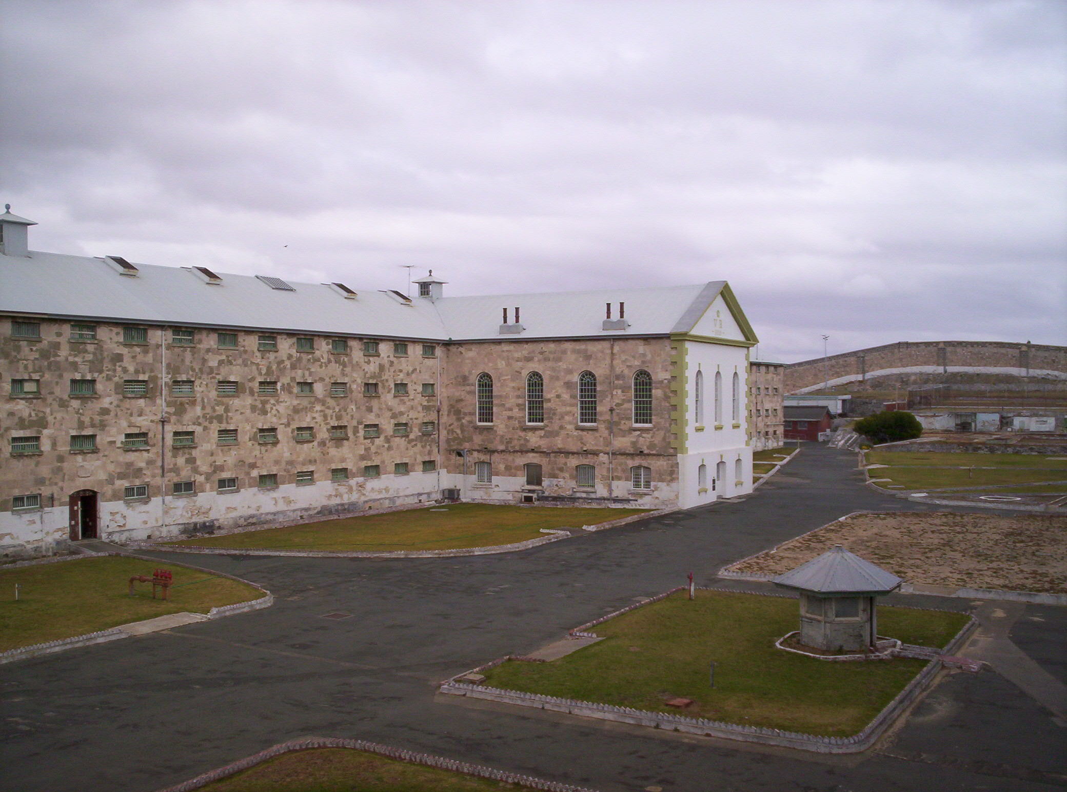 Fremantle_prison_main_cellblock.JPG